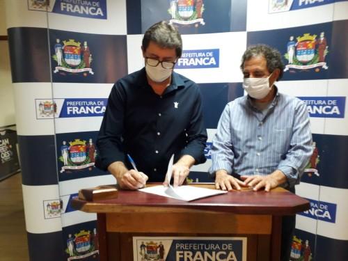 Prefeitura Municipal de Franca assina convênio com a Fundação Allan Kardec para gestão do CAPS AD III.